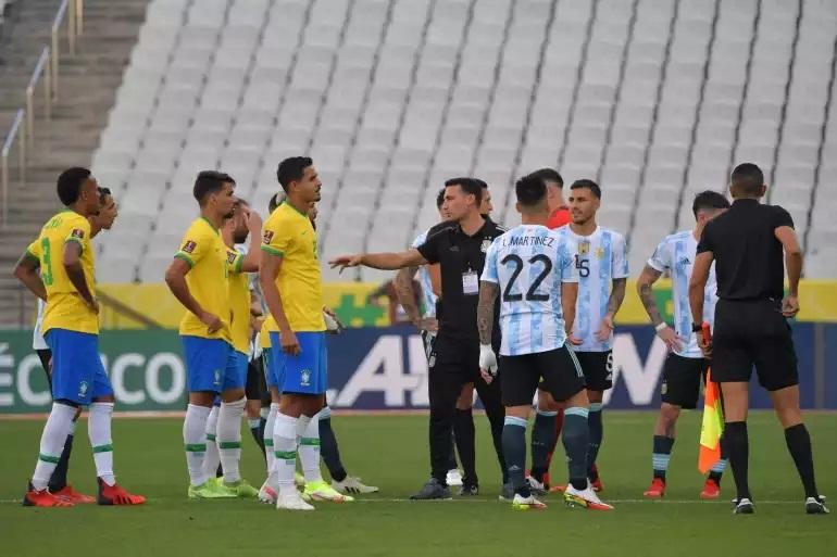 जब ब्राजिलका स्वास्थ्य अधिकारी अर्जेन्टिनी खेलाडी समात्न मैदान प्रवेश गरे